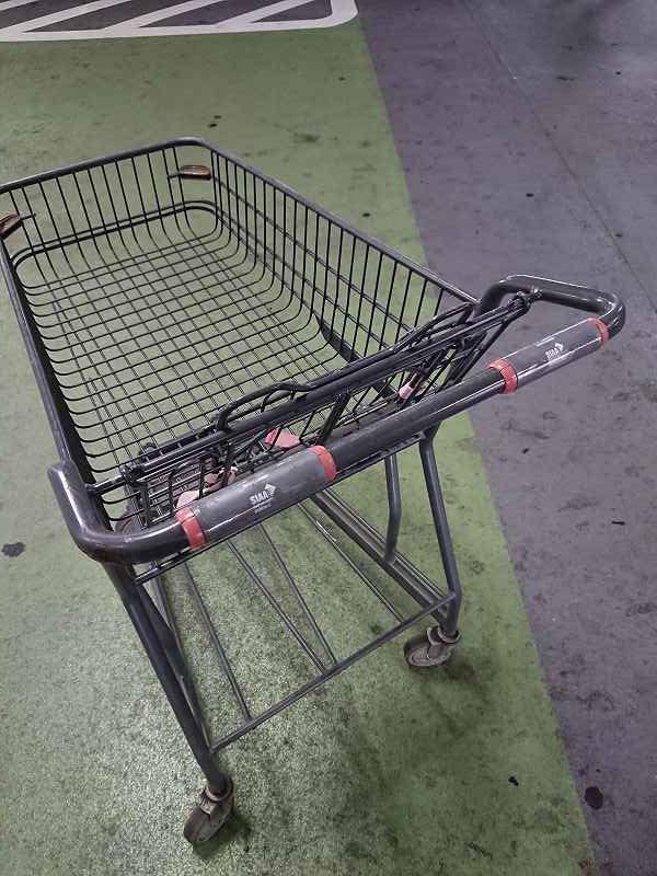 スーパーのカートの取手に抗菌・抗ウイルスシートを